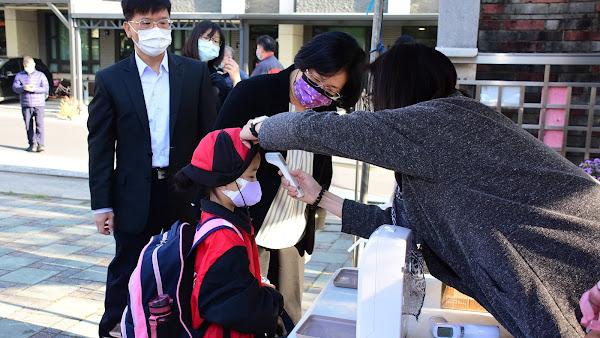 王惠美到聯興國小及彰德國中 關心開學日校園防疫