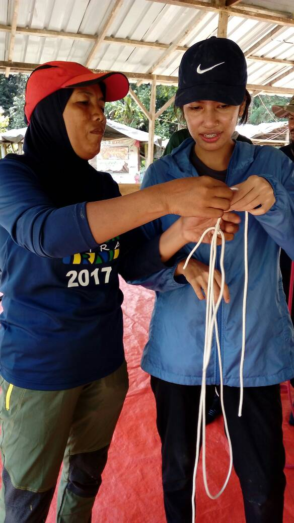 Learning to tie knots - basic survival skills | Ummi Goes Where?