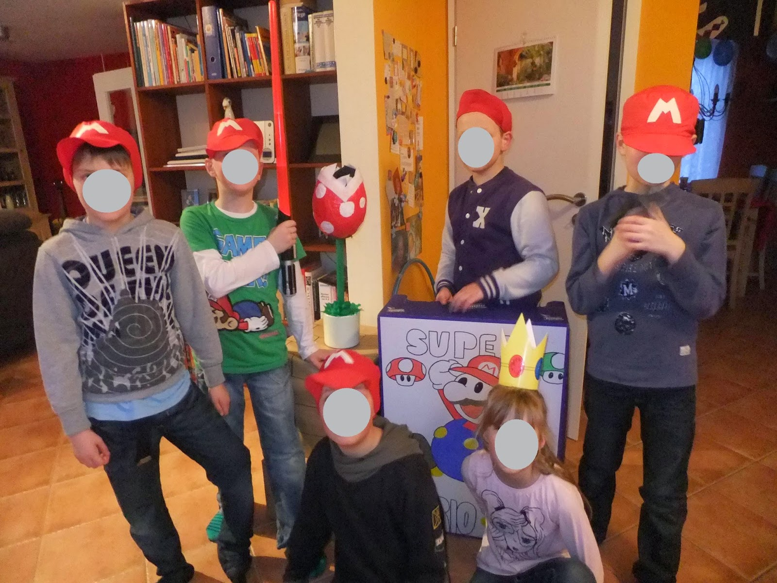 Gruppenbild von allen Super marios zur Party