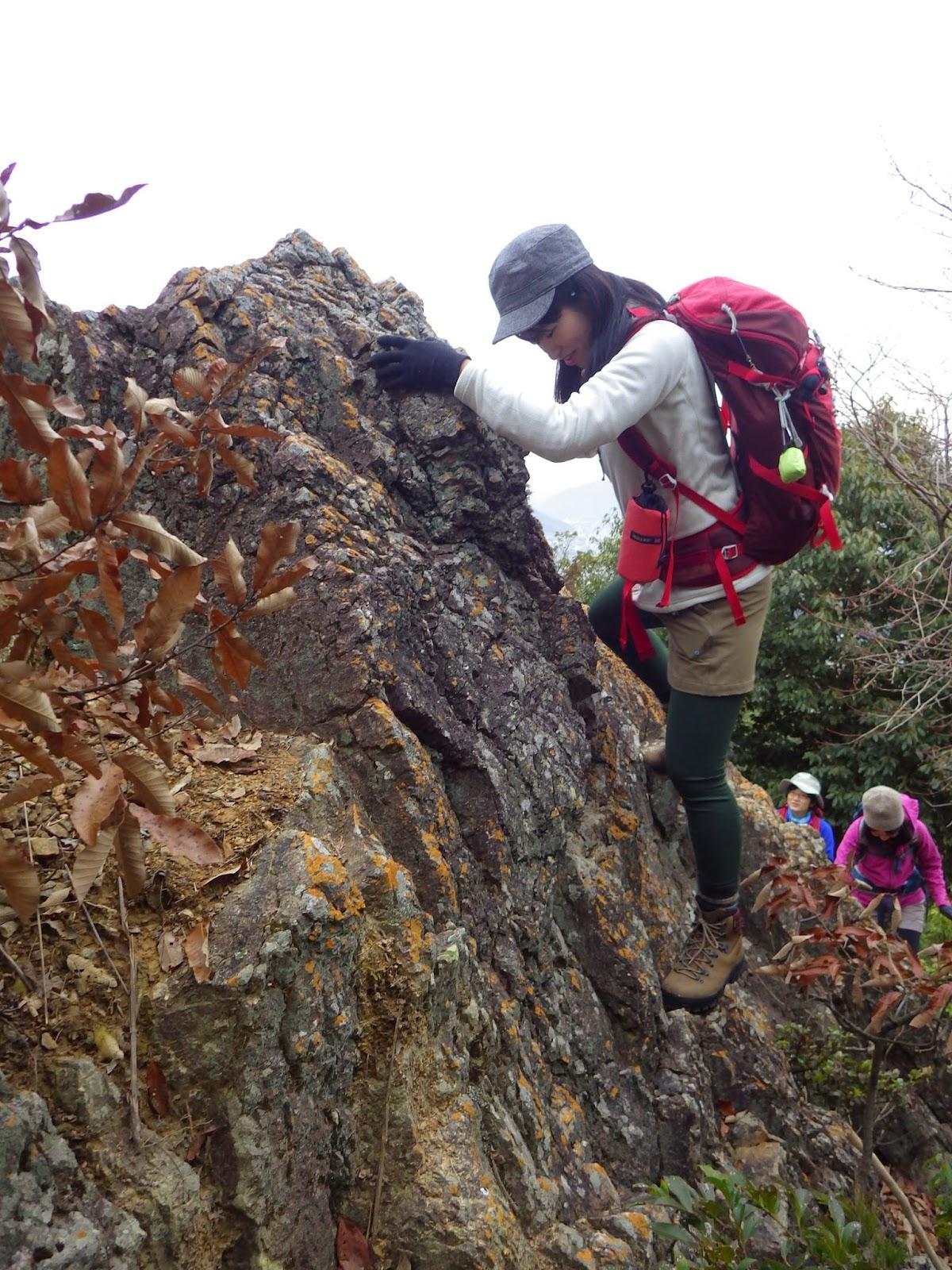 こうして岩場や鎖場を登れば、足や手を滑らせても滑落せずにすみます。 ...  第5回『おはようハ