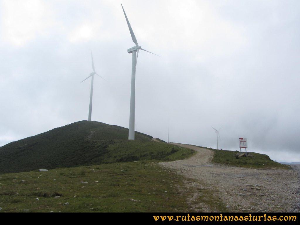 Ruta Llan de Cubel y Cueto: Entrando en el parque eólico de la Curiscada