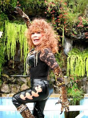 Foto de la Tigresa del Oriente con vestimenta negra