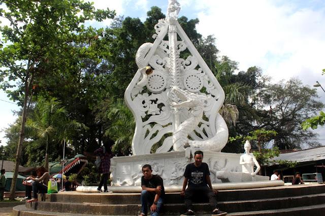 Patung Naga Putih Dekat Loket Masuk Rawa Pening