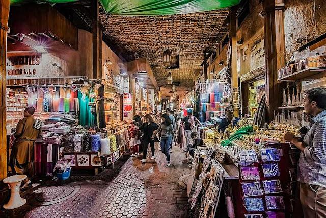 Chợ gia vị Spice Souk là một trong số ít những khu chợ trời cuối cùng còn sót lại ở Dubai. Nơi được mệnh danh là thiên đường gia vị bí truyền này đã có từ hàng trăm năm trước, các thuyền buôn của những thương gia từ phương Đông đã men theo con lạch này để tìm đến đây mua gia vị. Đây chính là nơi góp phần không nhỏ trong việc phát triển nên con đường hương liệu vào những năm trước công nguyên.
