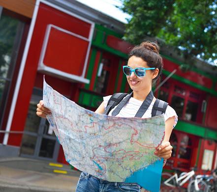 Turista olhando mapa