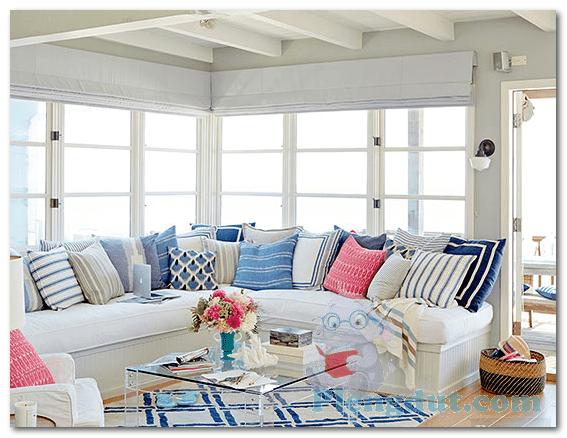 Ide 11: Ruangan penuh dengan bantal sofa beraneka ragam dan desain serta dekorasi karpet kotak plastik yang bisa kita dapatkan di toko perabotan manapun mampu menambah kenyamanan dalam ruangan