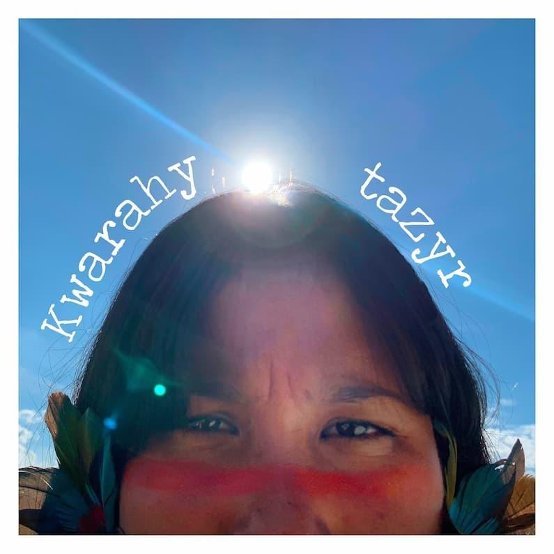 """Uma visão atual e afiada sobre a realidade dos povos indígenas no Brasil é amplificada no álbum """"Kwarahy Tazyr"""", novo trabalho da cantora, rapper, compositora, escritora,  atriz, arte educadora e ativista Kaê Guajajara. A multi artista faz de sua obra uma oportunidade de mais pessoas indígenas se reconhecerem fora da identidade colonial, e também oferece aos brasileiros um caminho para a empatia com os povos originários, que denunciam continuamente o racismo e a exploração que sofrem."""