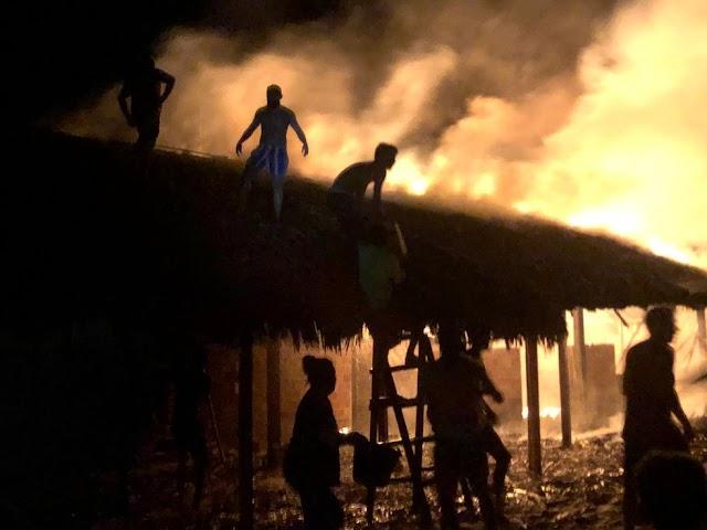 Teto de barraca de praia pega fogo em Barra Grande e moradores combatem incêndio com baldes e mangueiras