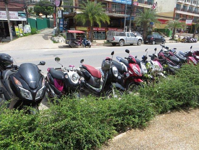 стоянка скутеров возле магазина