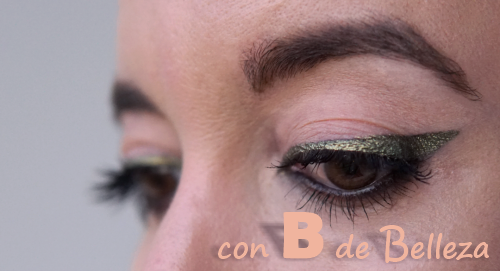 Maquillaje delineado verde