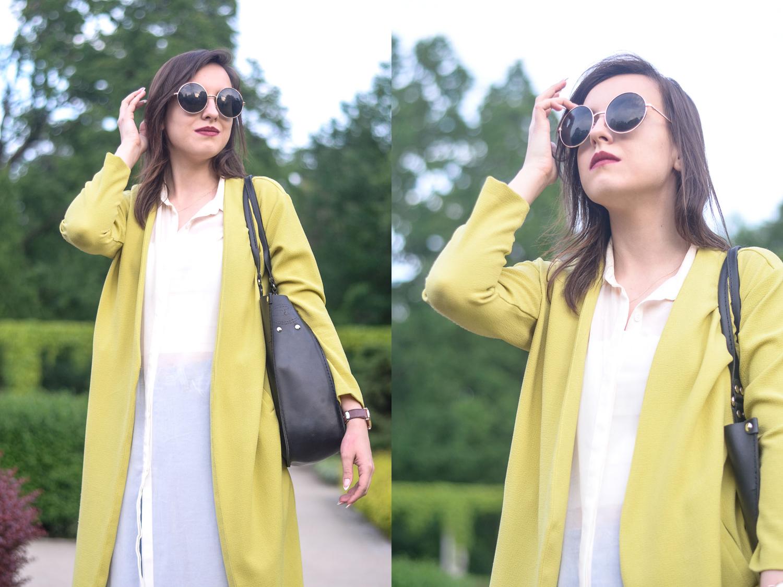 żółty płaszcz blog stylizacja mom jeans korek sandały