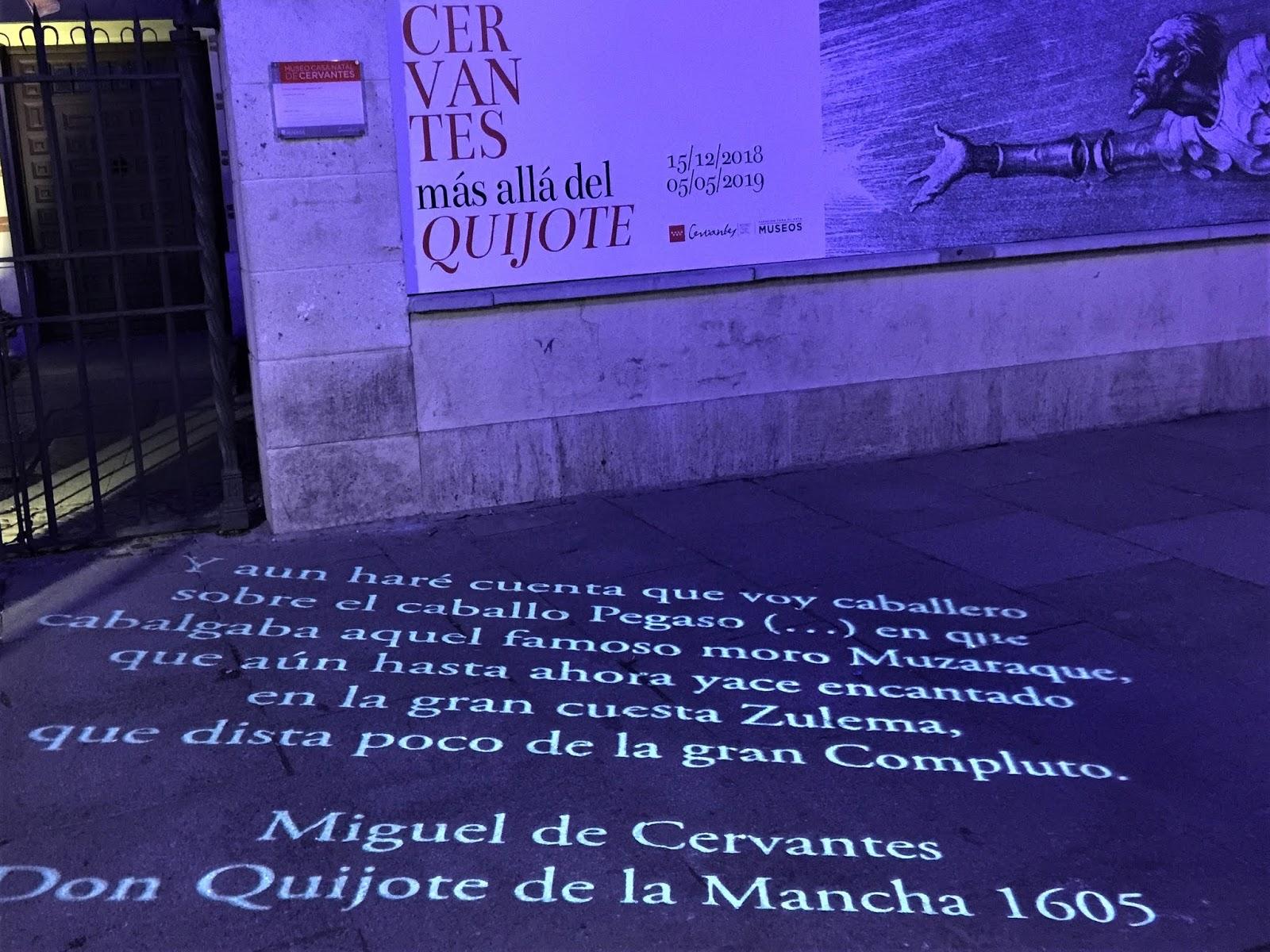Versi di Cervantes proiettati sulla pavimentazione