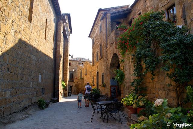 Il borgo di Civita di Bagnoregio, con le sue case in tufo