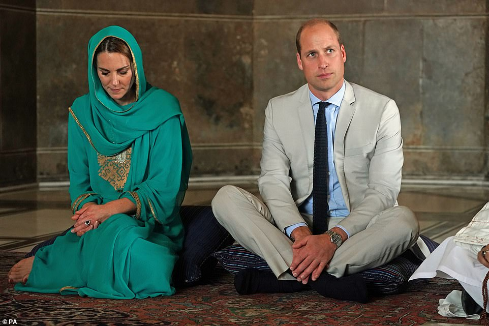 Kate Middleton, Prince William listen to recital of Holy Quran in Badshahi Mosque