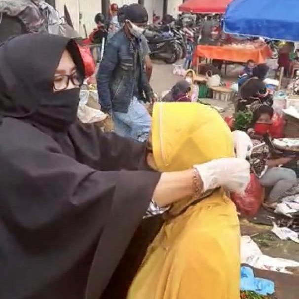 Anggota DPRD Ria Hartini Bagi bagi masker di Pasar Kota Metro