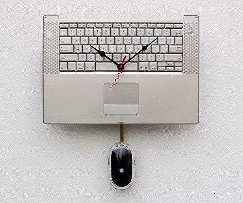 Jam dinding terbuat dari recycle keyboard Macbook Pro dengan mouse sebagai bandul pendulum-nya.