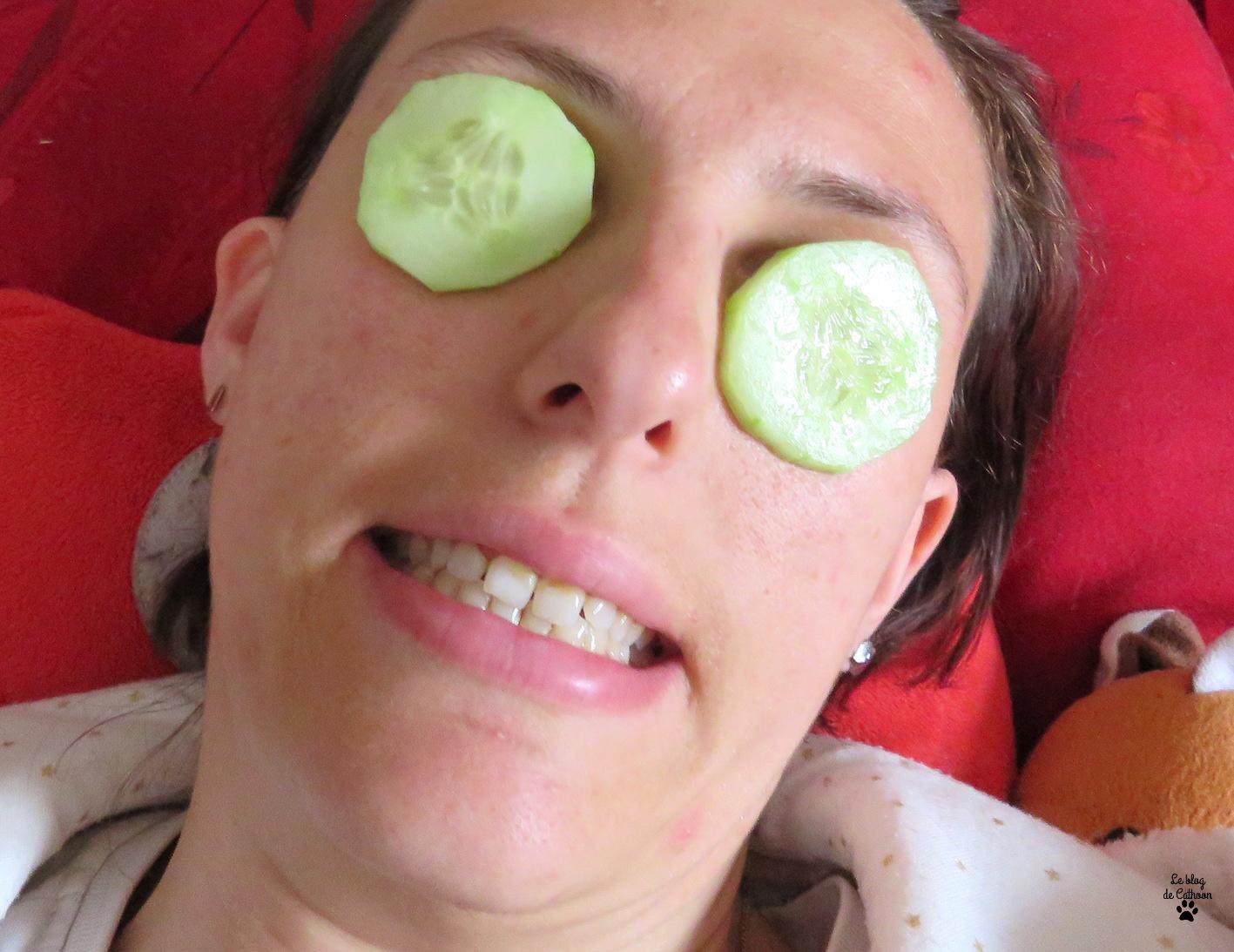 tranche de concombres sur les yeux