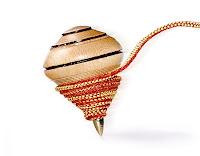 İplik sarılmış ve fırlatılmış ahşap bir topaç