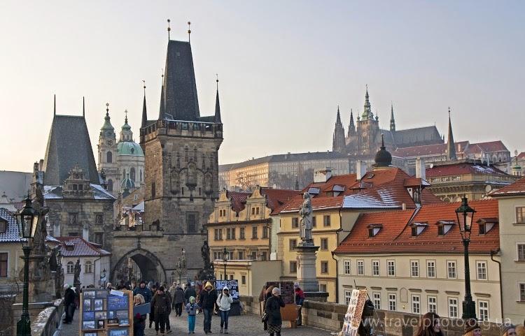 На Карловом мосту в Праге зимой