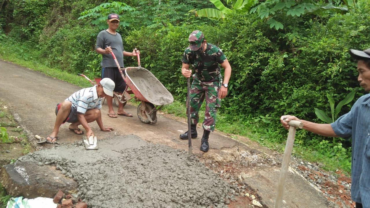 Akibat Bencana Tanah Gerak di Tumanggal, TNI Bersama Masyarakat Tambal Retakan Jalan