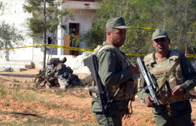 Des soldats tunisiens surveillent les lieux où s'est tenu un assaut, le 3 mars 2016 dans la ville de Ben Guerdane, une région du sud-est de la Tunisie proche de la frontière libyenne