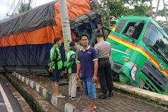 Diduga Rem Blong, Truk Tronton Terperosok - Sebelumnya Sempat Tabrak Honda Vario dan Suzuki Karimun