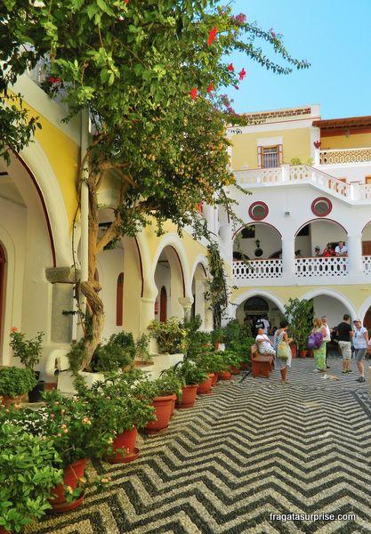 Pátio do Mosteiro de Panormiti, Grécia