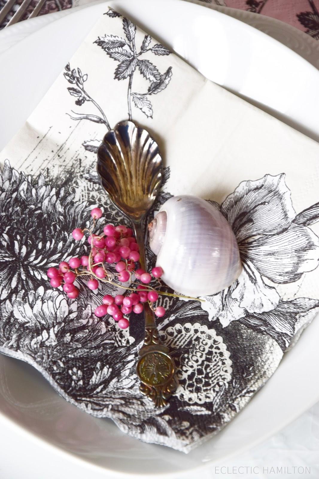 Natürliche Tischdeko mit Moos, Pfefferbeeren, Servietten. Rosa, Pink, Romantisch dekorieren. Deko für den Tisch