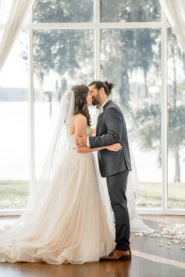groom and bride kissing in rotunda