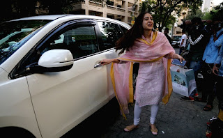 Indian Girl Sara Ali Khan Seen Without makeup face in Bandra Mumbai City (2)