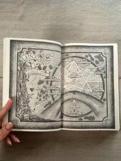 "Lunathion, mapa - ""Księżycowe miasto. Część I"" Sarah J. Maas, fot. paratexterka ©"