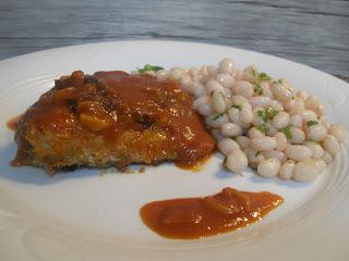 Bacalao rebozado con pan rallado, sofritode tomate y alubias de Santa Pau rehogadas