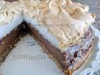 Tort cu bezea si crema de ciocolata taiat