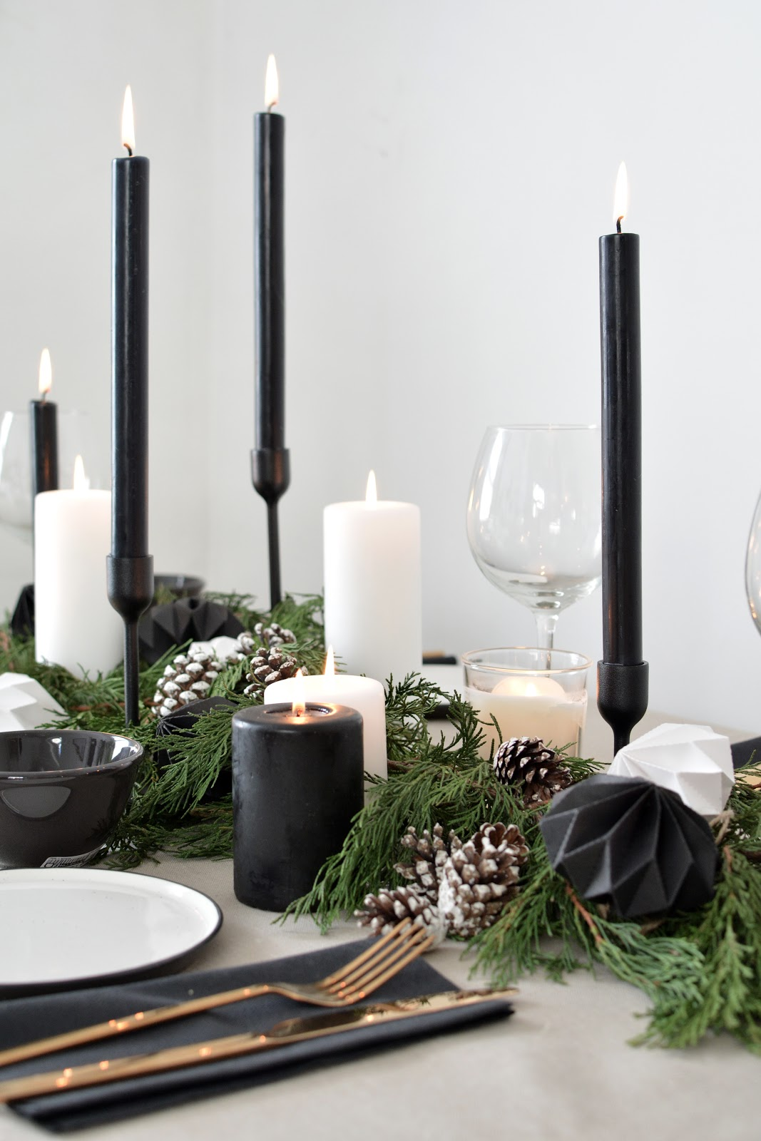 minimal christmas table