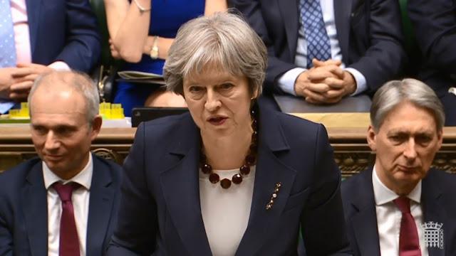 """Theresa May a dénoncé devant le Parlement """"un usage illégal de la force par l'État russe contre le Royaume-Uni"""" et jugé """"tragique"""" la """"voie choisie"""" par le président russe Vladimir Poutine, qui n'a pas répondu à sa demande d'explication sur cette affaire."""