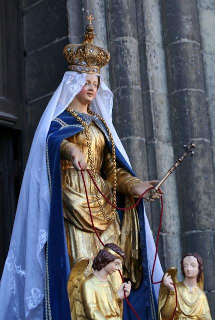 Nossa Senhora de Valenciennes, França a devoção a Maria Santíssima é o canal  por onde passam todas as graças