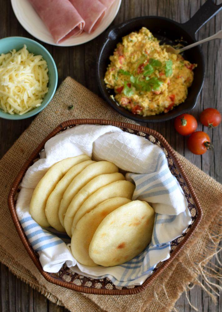 Desayuno típico venezolano: arepas, perico, queso, jamón