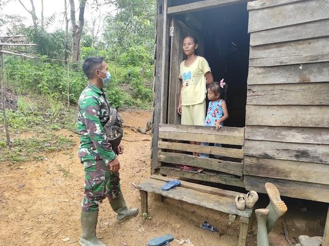 Anggota Satgas TMMD Ke-111 Kodim 1202/Skw Komsos Dengan Warga Desa Sentangau Jaya