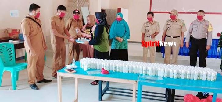 Camat Moncongloe, Saksikan Kades Muh Tahir Serahkan 1200 Makser dan 300 Botol Hand Sanitizer Kepada  Ketua TP PKK Desa