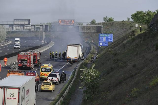 Brutális dugó az M1-esen lángol egy kamion