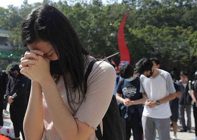 Estudantes rezam sitiados em Universidade de Hong Kong. O Papa Francisco ouvirá o clamor dos jovens católicos?