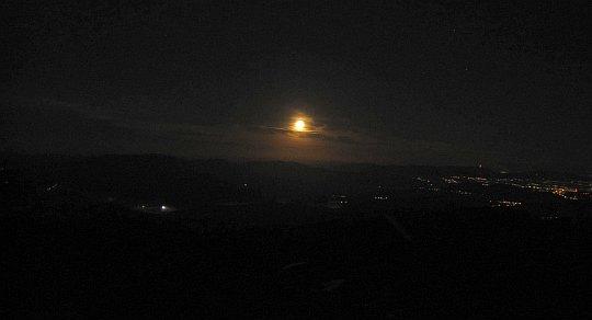 Widok z Babiej Góry. Księżyc jest już wyraźnie nad zachodnim horyzontem.