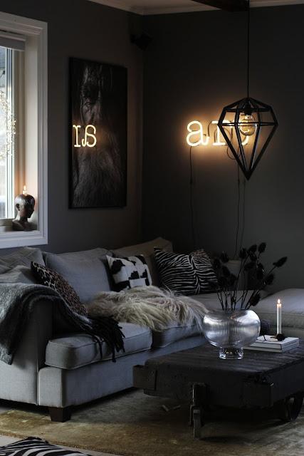 annelies design, webbutik, inredning, nätbutik, dekoration, jul, julpynt, julen, ljusstake, ljusstakar, dekoration, advent, fårskinn, vas, vardagsrum, grå, grmålade, grått, gråa, soffa, soffbord, fönster,