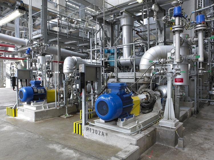 Sistema de bombas ubicado en una planta industrial