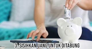 Sisihkan uang untuk ditabung merupakan salah satu tips menghemat uang agar akhir bulan tetep oke