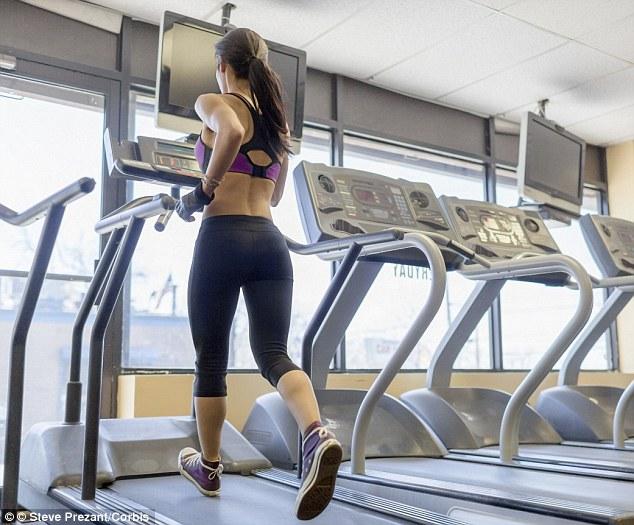 mulher correndo na academia