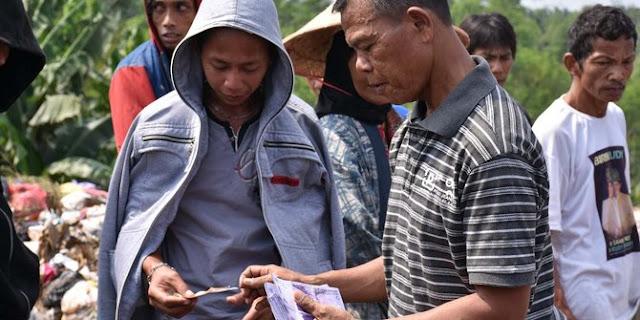 Salut! Dapat Penghargaan Uang Dari DPR, Bripka Seladi Bagikan Uangnya Kepada Para Pemulung