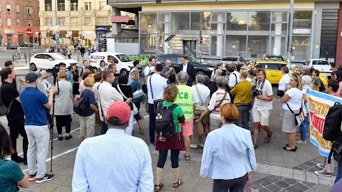 Az ellenzék közös tiltakozással állt ki VIII. kerületi polgármesterjelöltje mellett
