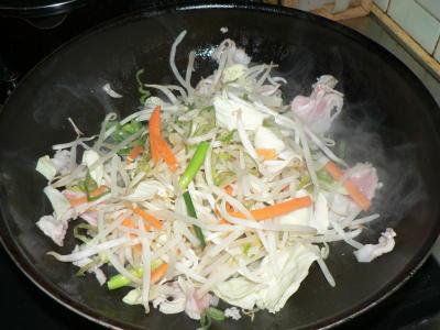 肉と野菜を炒める