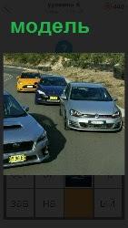 разные модели автомобилей едут по дороге
